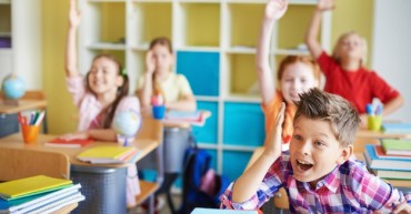 children-classroom-with-theirs-hands-up_1098-301